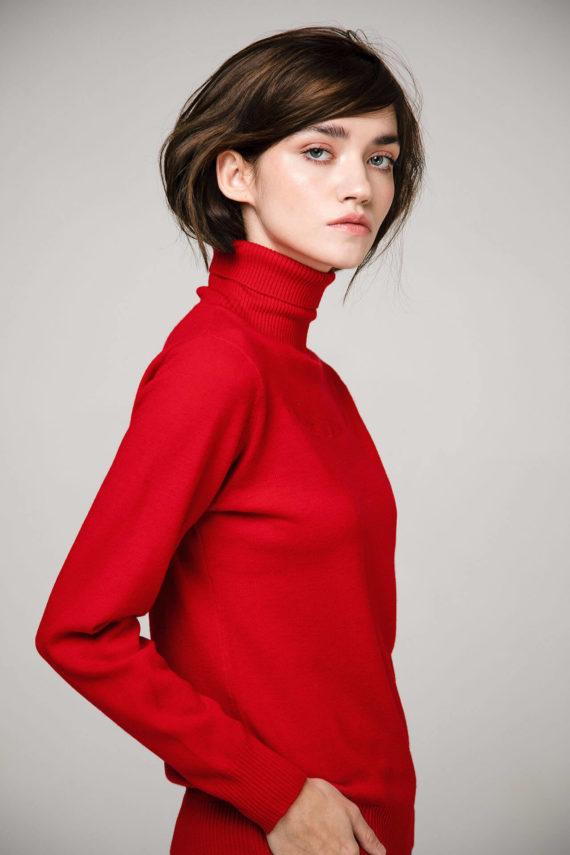 Пуловер алого цвета с декоративной вышивкой