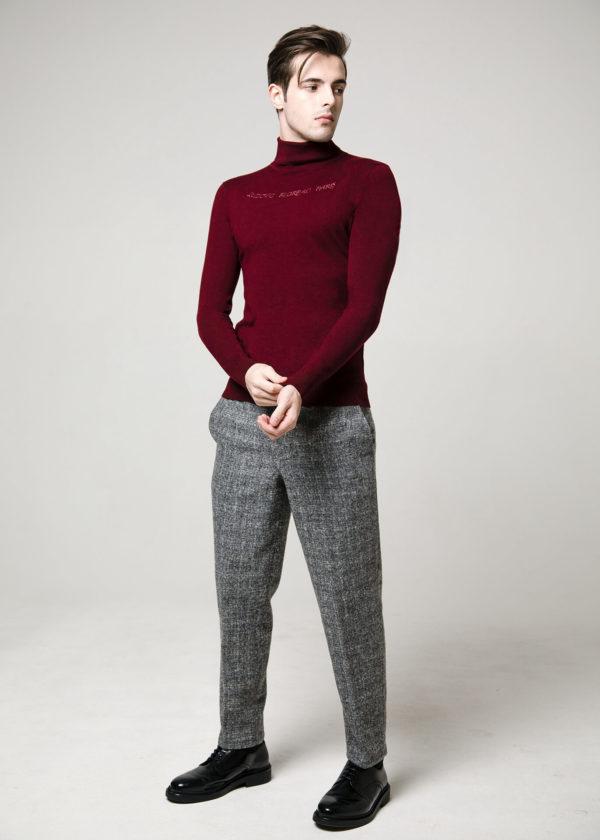 Пуловер цвета мерло с декоративной вышивкой